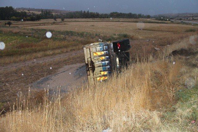 Kamyon ile otomobil çarpıştı: 1ölü, 2 yaralı 3