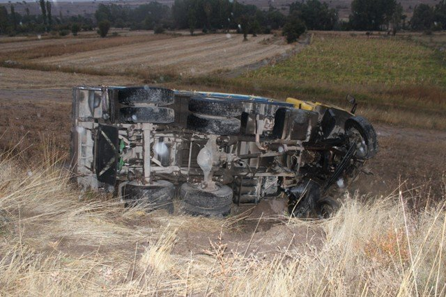 Kamyon ile otomobil çarpıştı: 1ölü, 2 yaralı 4