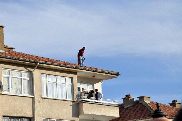 Yakalanacağını anlayınca çatıya çıktı 1
