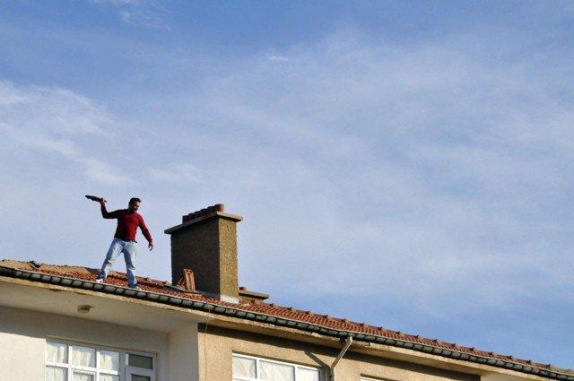 Yakalanacağını anlayınca çatıya çıktı 2