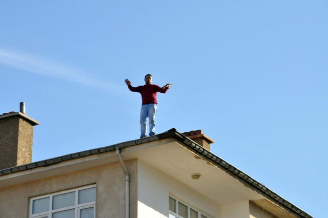 Yakalanacağını anlayınca çatıya çıktı 3