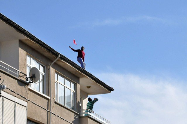 Yakalanacağını anlayınca çatıya çıktı 4