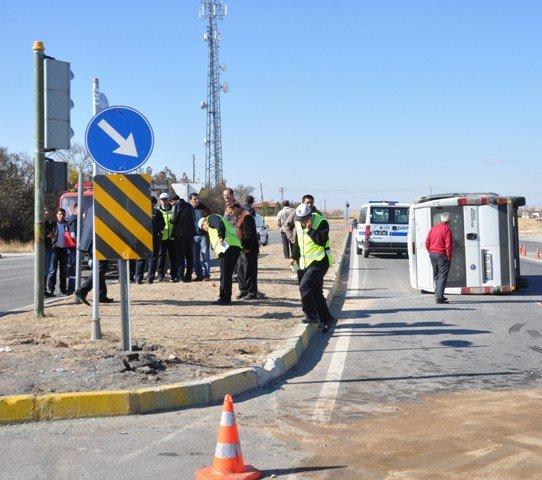 Konyada minibüs ile otomobil çarpıştı: 14 yaralı 1