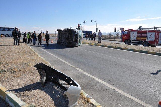 Konyada minibüs ile otomobil çarpıştı: 14 yaralı 2
