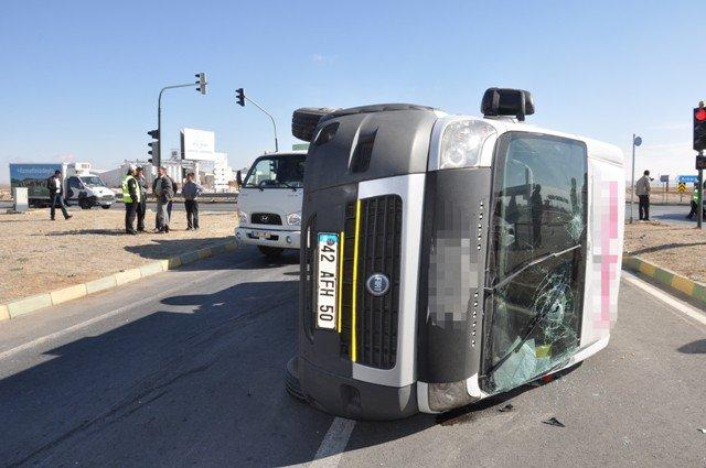 Konyada minibüs ile otomobil çarpıştı: 14 yaralı 4