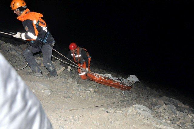Uçuruma Düşen Otomobil Sürücüsünün Cesedi 8 Saatte Çıkarıldı 2