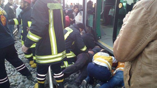 Tramvayın altında kaldı! 3