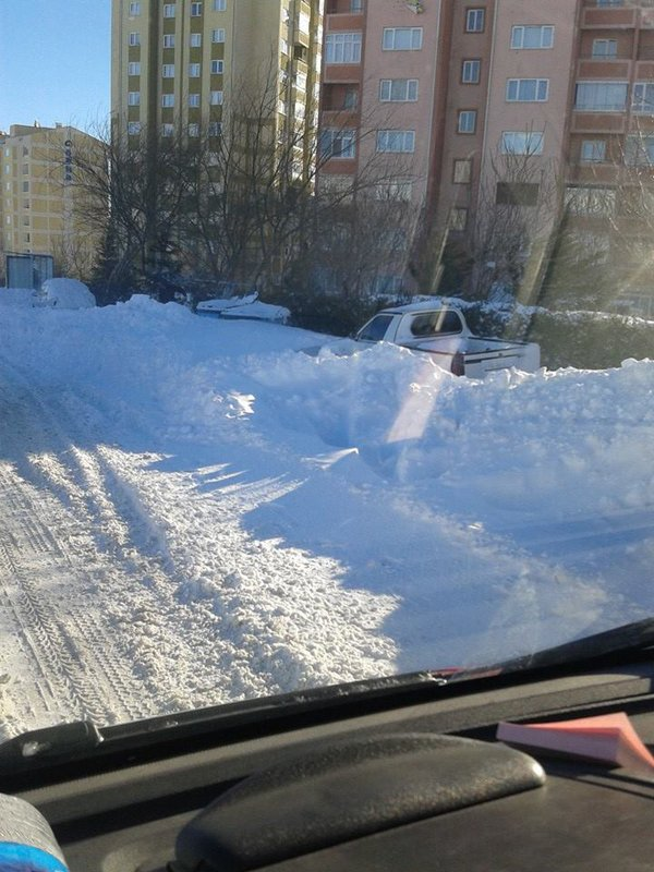 Arabalar karlar altında kaldı 1