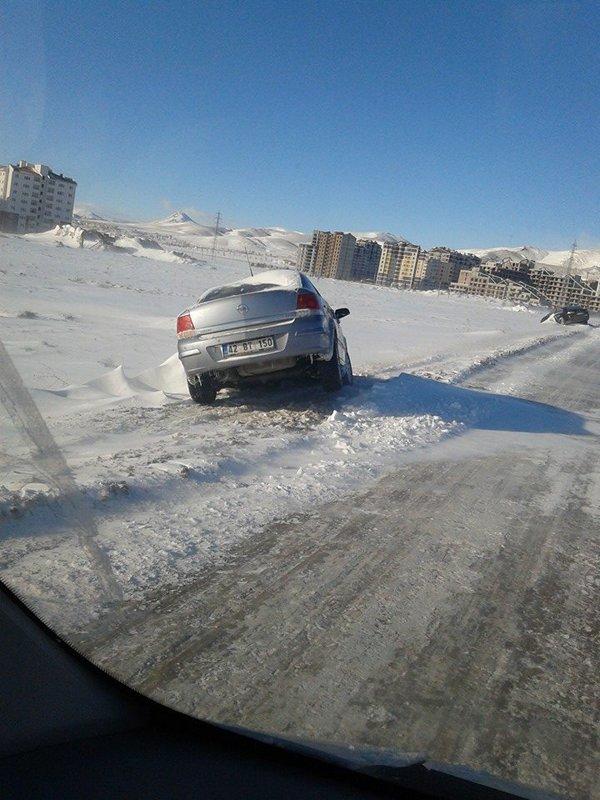 Arabalar karlar altında kaldı 4