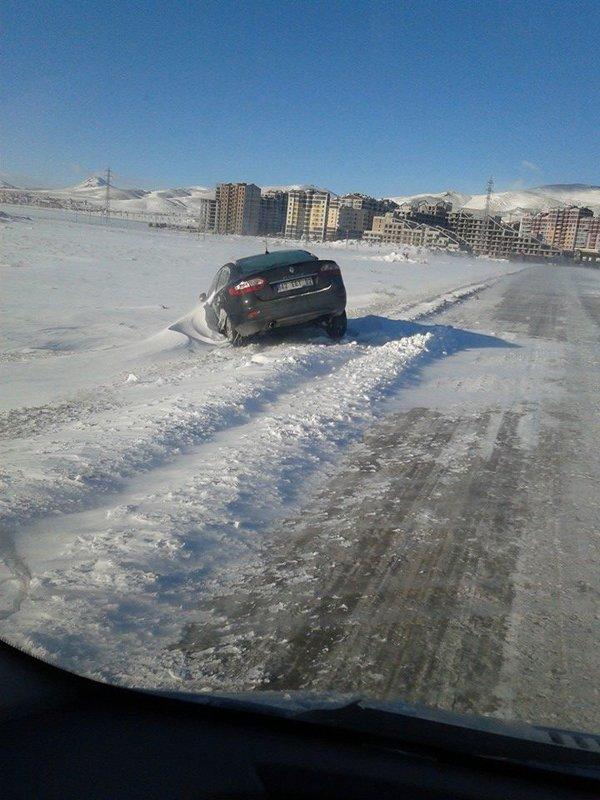 Arabalar karlar altında kaldı 5