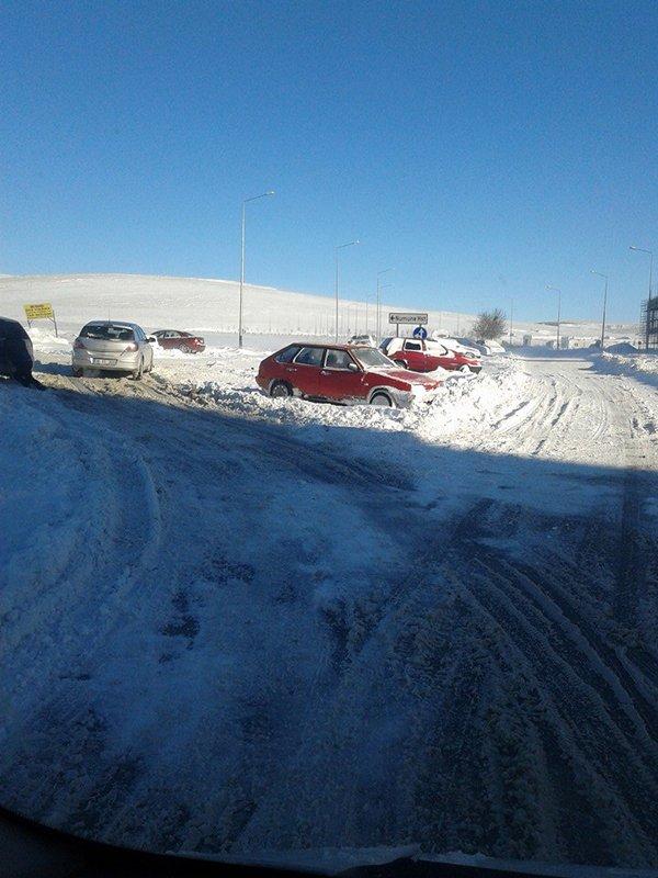Arabalar karlar altında kaldı 6