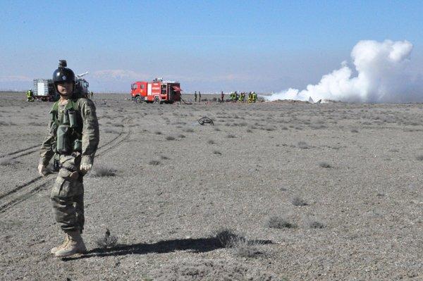 Konyada askeri uçak düştü! 6
