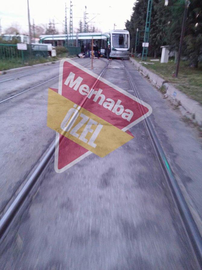 Tramvay raydan çıktı, yolcular mağdur oldu 1