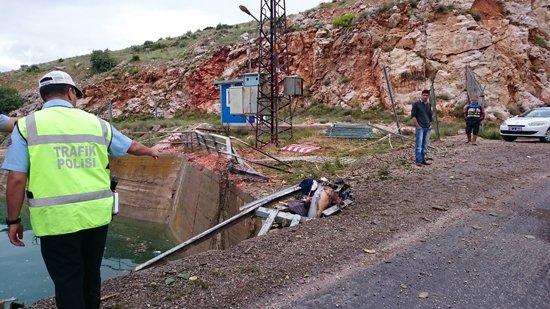 Karpuz yüklü kamyon baraja düştü 4