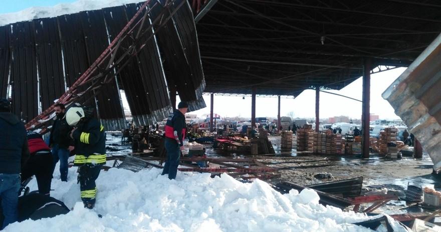 Konya'da pazar yerinin çatısı çöktü! 1