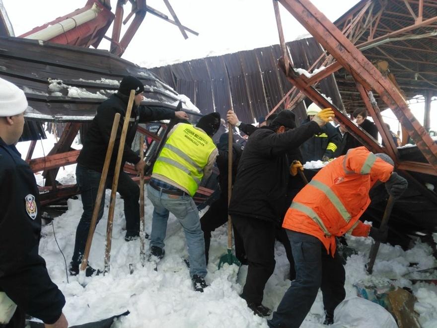 Konya'da pazar yerinin çatısı çöktü! 3