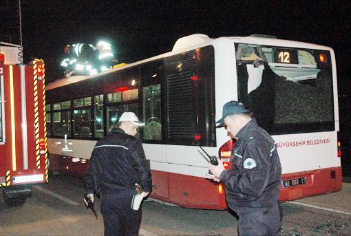 Kaza geçiren genç otobüsün üzerinde can verdi 2
