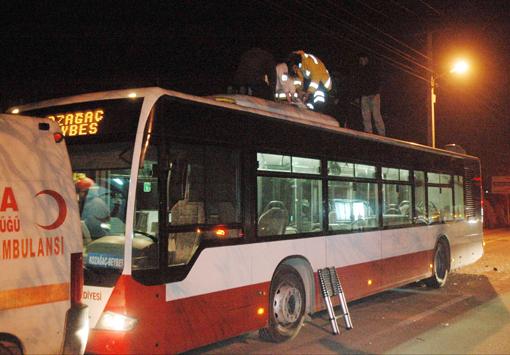 Kaza geçiren genç otobüsün üzerinde can verdi 4