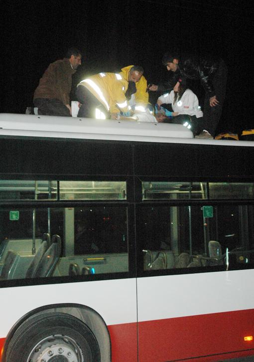 Kaza geçiren genç otobüsün üzerinde can verdi 6