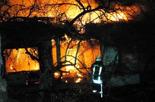 Koruma altındaki ev böyle yandı 1