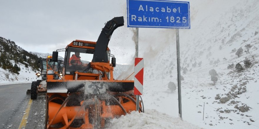 Alacabel'de karla mücadele çalışmaları sürüyor