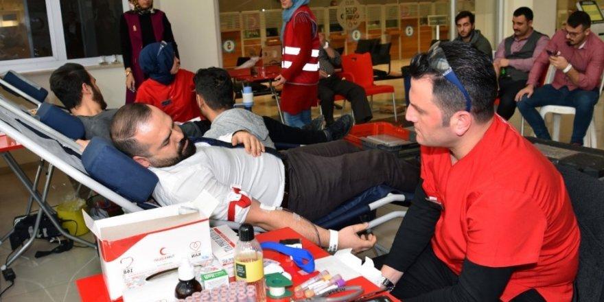 Selçuklu Belediyesi personelinden Kızılay'a destek