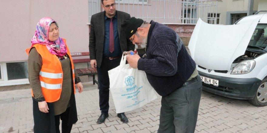 Beyşehir Belediyesinden vatandaşlara ücretsiz bez alışveriş torbası