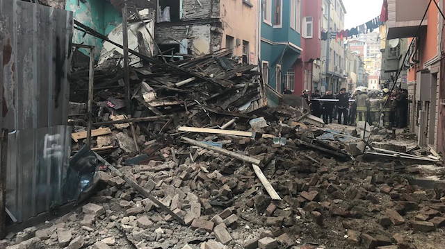 İstanbul'de 4 katlı bina çöktü