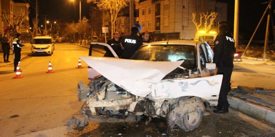 Karaman'da otomobille çarpışan hafif ticari araç devrildi: 2 yaralı