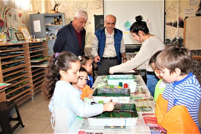 Anaokulu öğrencileri  ebru sanatı öğreniyor