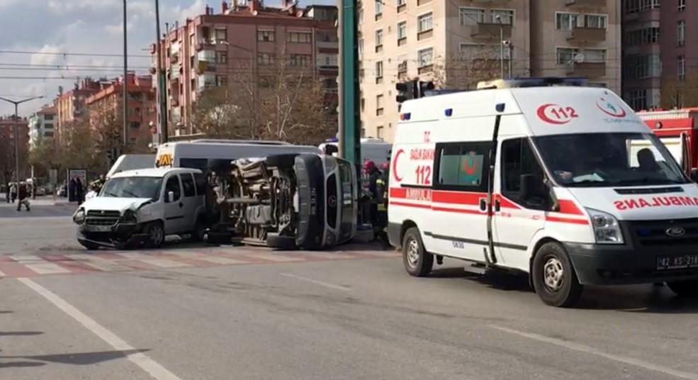 Ambulans ile hafif ticari araç çarpıştı: 5 yaralı