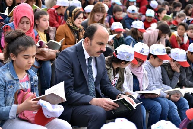 Başkan Altay öğrencilerle birlikte kitap okudu