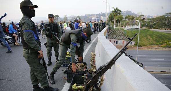 Venezuela'da darbeciler sokağa indi