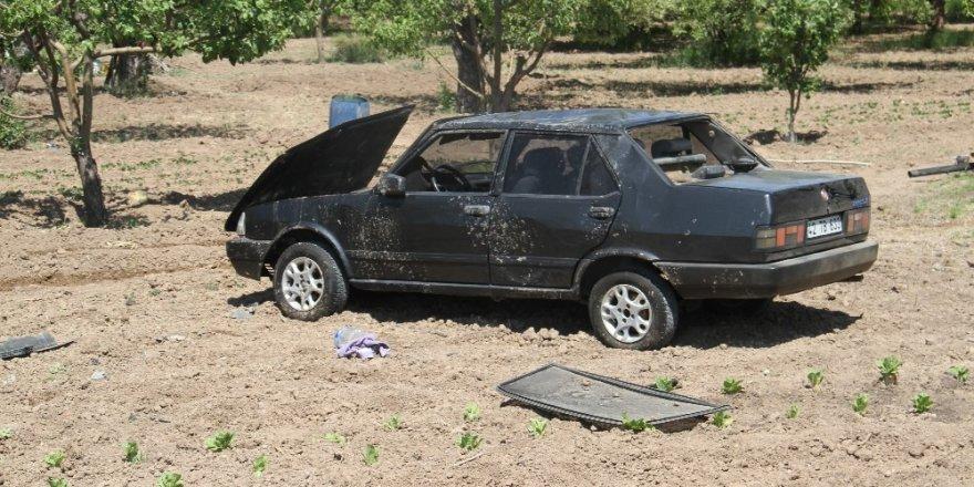 Elma bahçesinde ağaca çarpan otomobil devrildi: 3 yaralı