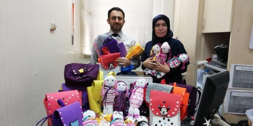 Gönüllü kadınlardan hasta çocuklara örgü bebek ve çanta hediyeleri