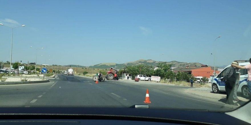 Tır ile çarpışan traktör ikiye ayrıldı: 1 yaralı