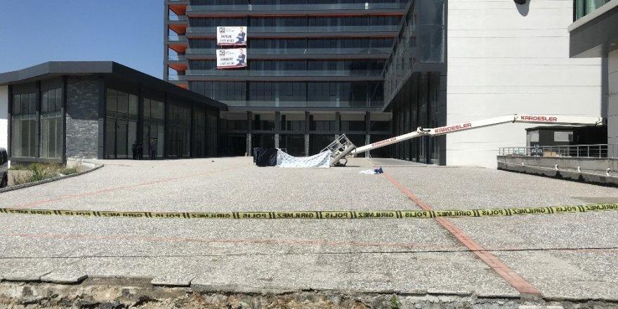 Bursa'da vinç devrildi: 2 ölü
