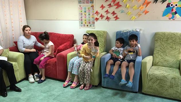 """Hasta çocukların yüzü """"sabır bebek"""" ile güldü"""