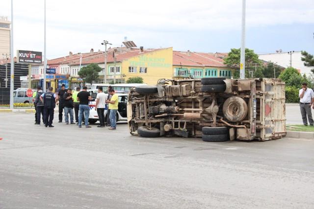 TIR'la çarpışan keçi yüklü kamyonet devrildi