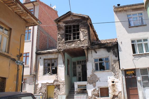 Asırlık evler kaderine terkedildi