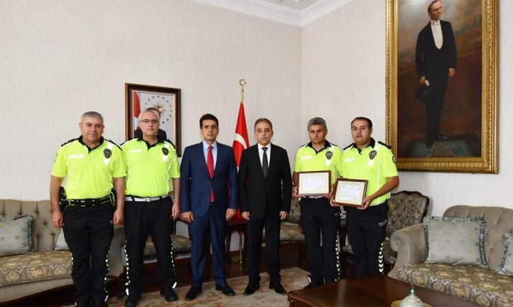 Vali Toprak, Polis memurlarını ödüllendirdi
