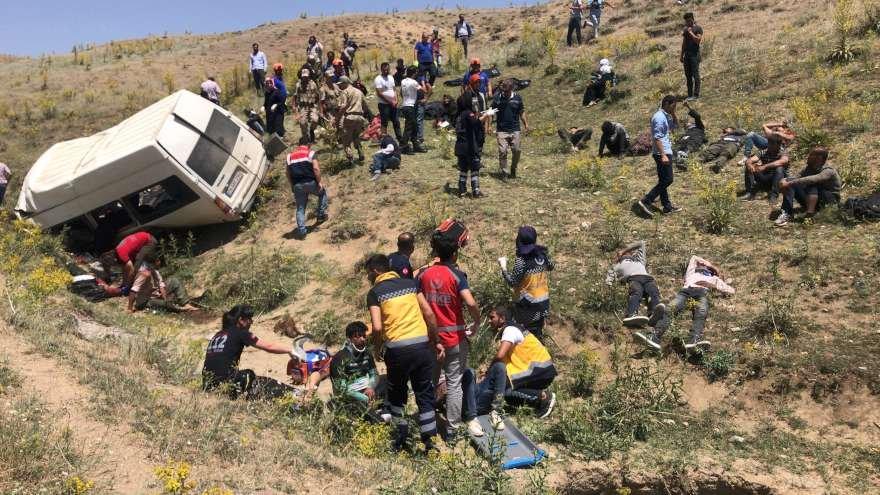 Göçmenleri taşıyan minibüs devrildi: 14 ölü