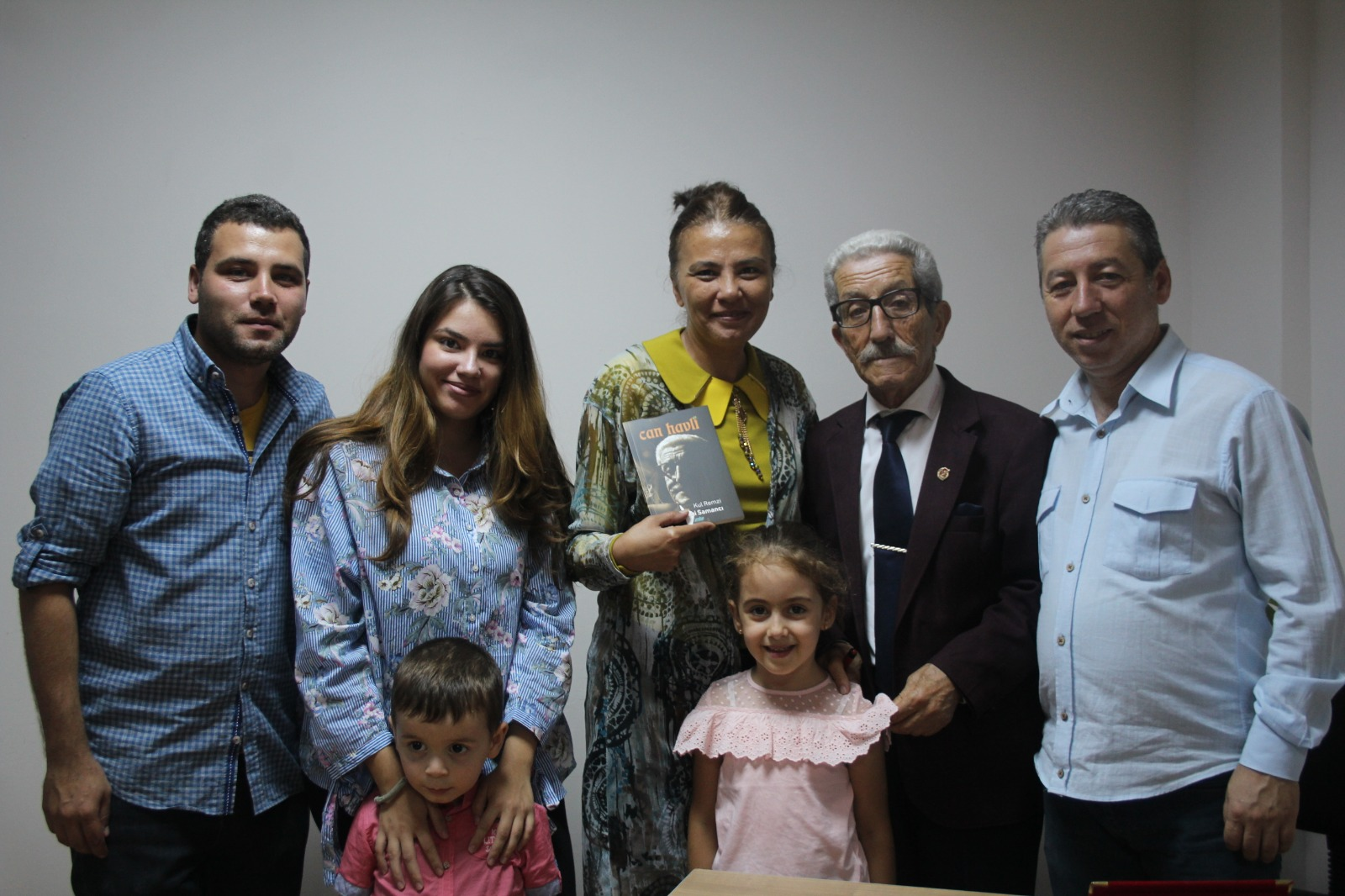 Kul Remzi mahlaslı  kitabını imzaladı