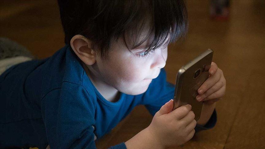 Çocuklar parlak ekrandan uzak durmalı
