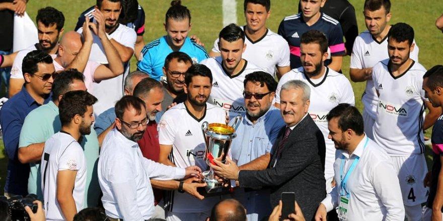 68 Aksaray'a kupasını  Remzi Ay verdi