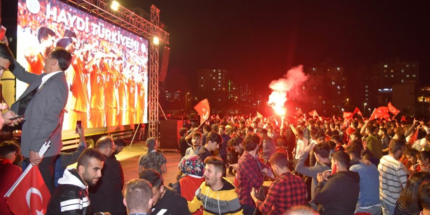 Konya'da dev ekranda milli maç coşkusu