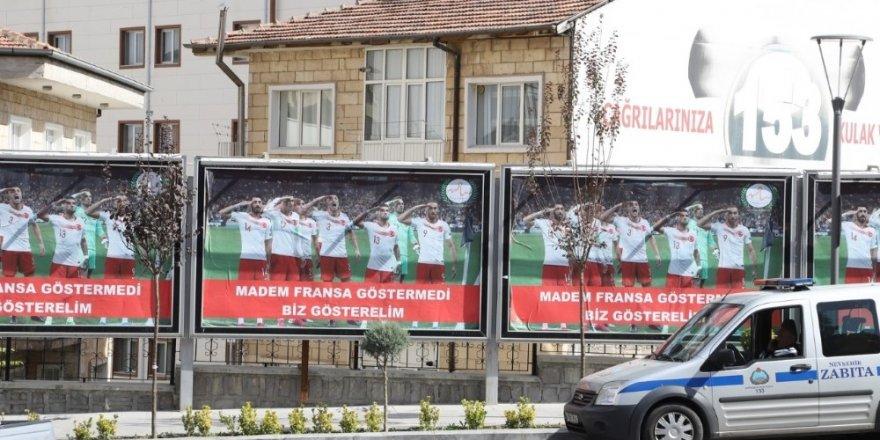 Milli takım futbolcularının asker selamı Nevşehir sokaklarında