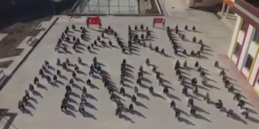Okul bahçesine vücutlarıyla 'Barış Pınarı' yazdılar