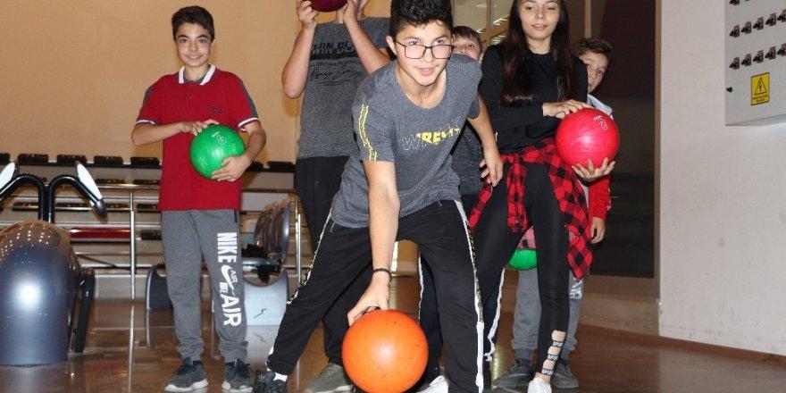 Hayalleri gerçek oldu, hayatlarında ilk defa bowling oynadılar