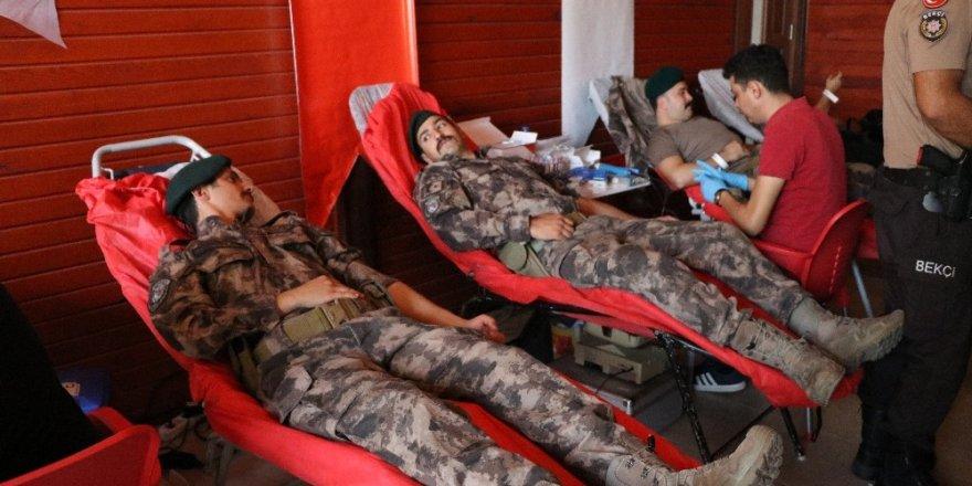 Polisten Mehmetçiğe kan bağışı